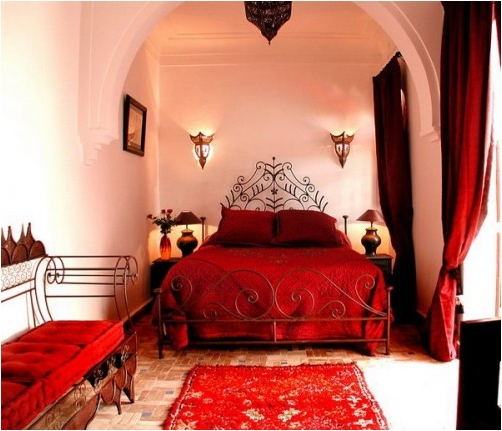 Dormitor cu elemente rosii in stil marocan