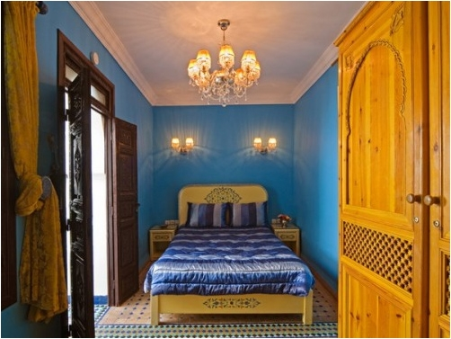 Dormitor cu mobila din lemn galbui si zugraveala albastra