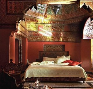 Dormitor cu tavan pictat cu motive marocane