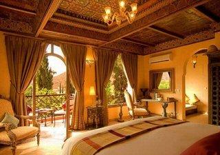 Dormitor cu tavan placat cu lemn pictat manual cu elemente decorative marocane