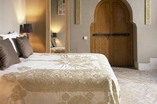 Dormitor de inspiratie marocana adaptat la culori moderne gri maro si crem