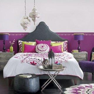 Dormitor lila deschis cu elemente marocane verzi si roz cireasa