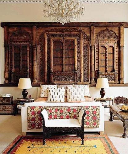 Dormitor marocan cu perete cu lambriu din lemn sculptat