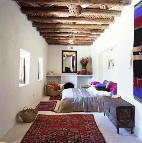 Dormitor marocan cu tavanul cu barne din lemn