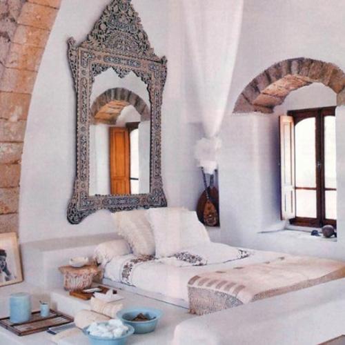 Dormitor mic amenajat cu oglinda sculptata in stil marocan