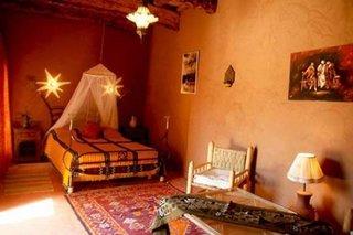 Dormitor zugravit in nuante pamantii pentru un decor marocan