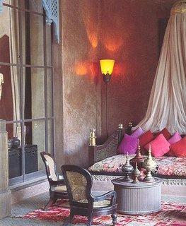 Dormitor zugravit in nuante pamantii si elemente de decor marocane