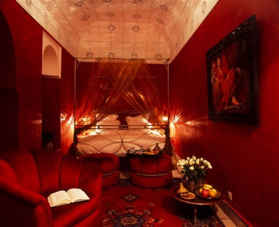 Idee de amenajare a unui dormitor rosu in stil marocan