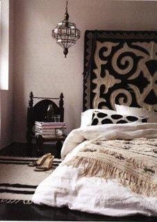 Pat cu tablie alb cu negru in stil marocan