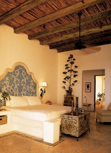 Pat superb de inspiratie marocana cu tablie de pat pictata sub forma de mozaic