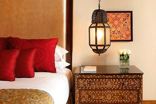 Perne din matase rosie pentru dormitor in stil marocan