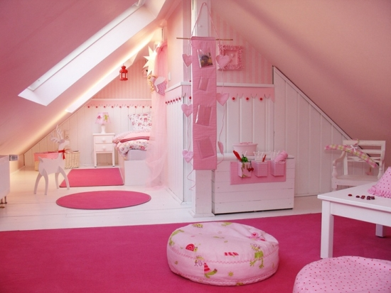 Camera la mansarda pentru fetita amenajata in roz cu alb