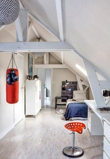 Camera pentru baiat amenajata la mansarda in alb si accesorii bleumarin si rosii