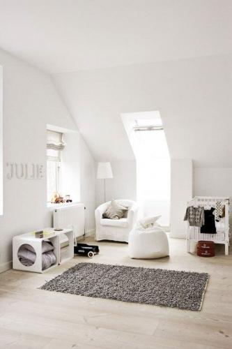 Camera pentru bebelusi amenajata la mansarda in alb