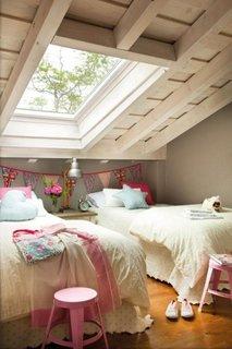 Camera pentru doua fete la mansarda sub geamurile tip velux