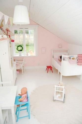 Camera pentru fetita amenajata la mansarda cu mobilier alb si peretii roz pal