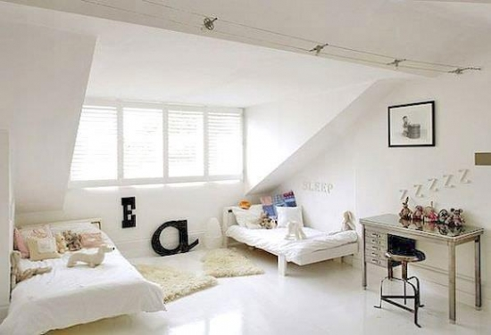 Dormitor amenajat la mansarda in alb pentru doua fetite