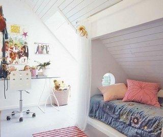 Dormitor la mansarda cu pat sub panta acoperisului si birou de studiu