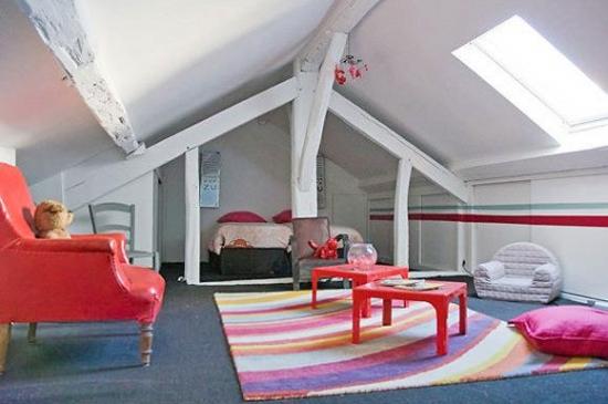 Dormitor la mansarda pentru copii cu pat dublu si fotoliu rosu