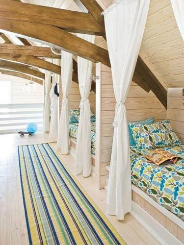 Dormitor la mansarda pentru doi baieti