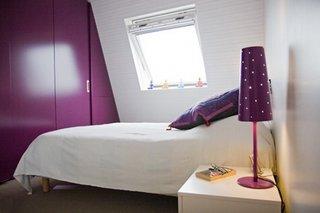 Dormitor la mansarda pentru fete cu accente mov