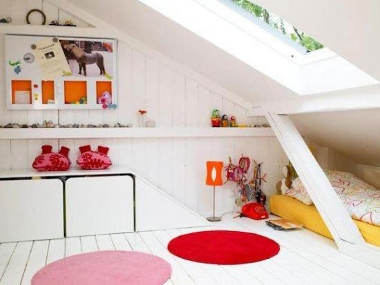 Dormitor la mansarda zugravit in totalitate in alb