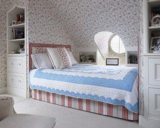Dormitor mic pentru fete la mansarda cu etajera cu sertare incastrata in perete