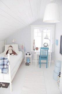Dormitor micut amenajat la mansarda pentru un baietel