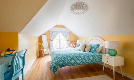 Dormitor pentru copii la mansarda in galben turcoaz si alb