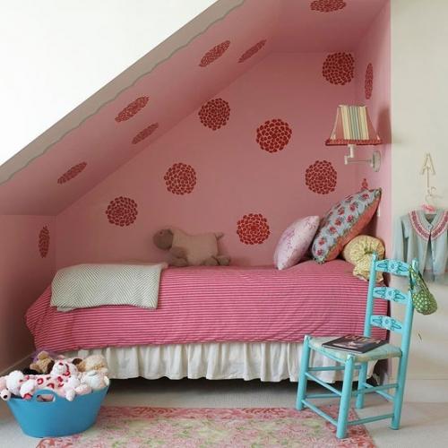 Dormitor pentru fete la mansarda cu roz si alb