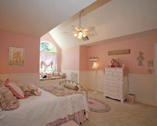 Dormitor pentru fete zugravit in roz pal si lambriu alb