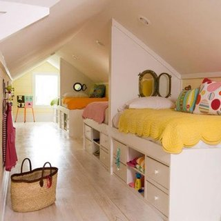 Mansarda ingusta amenajata in alb cu doua paturi pentru copii