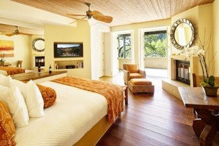 Dormitor de mari dimensiuni cu semineu