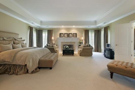 Dormitor matrimonial mare cu semineu