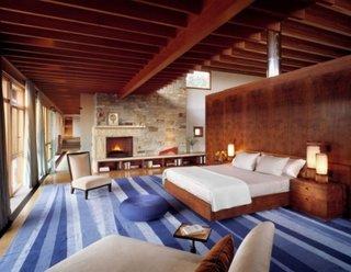 Dormitor rustic cu semineu