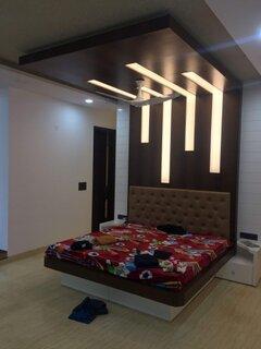 Dormitor amenajat modern in culori inchise