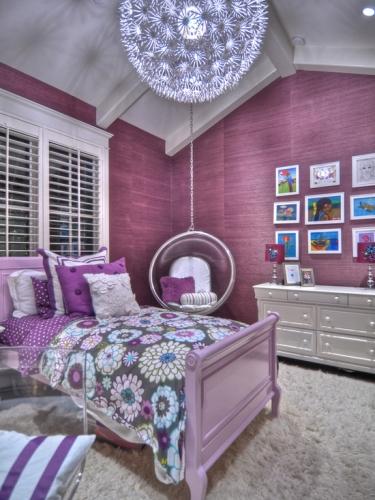 Amenajare dormitor fete lila cu alb