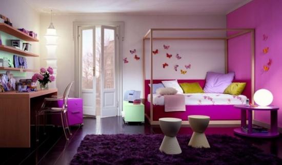 Camera pentru fete cu un perete mov roz