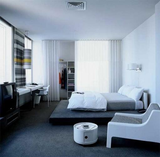 Dormitor alb si gri cu draperii si veioze ecosez