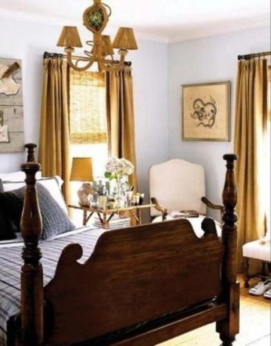 Dormitor clasic cu pat din lemn masiv si candelabru