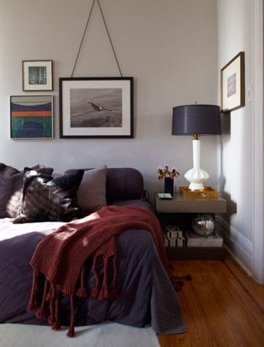 Dormitor cu mobila simpla cu accesorii tablouri si veioza