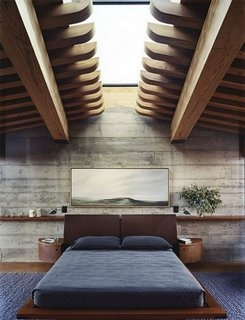 Dormitor cu peretii nefinisati si iluminator interesant