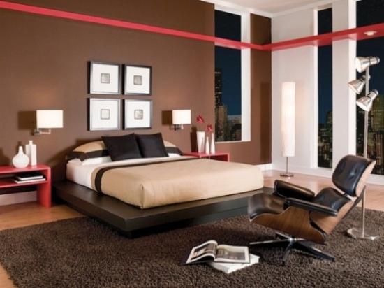 Dormitor in nuante de maro inchis si crem si accente rosii stil burberry