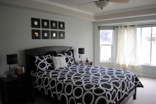 Dormitor luminos cu ferestre mari