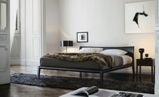 Dormitor minimalist alb cu pat gri