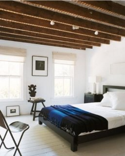 Dormitor minimalist cu parchet alb si tavan cu grinzi din lemn
