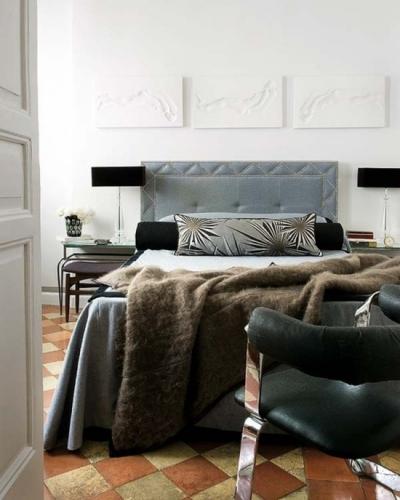 Dormitor placat cu placi de gresie in model sah