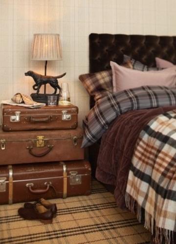 Noptiera nonconformista realizata din trei valize vechi