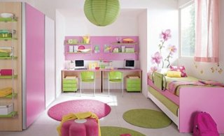 Camera pentru doua fetite cu mobila roz cu alb si decoratiuni verde mar