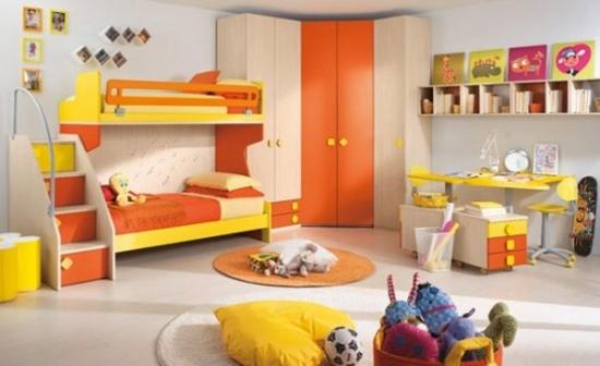 Dormitor pentru copii cu galben si portocaliu si sifonier pe colt